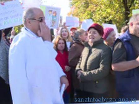 Medicul Gabriel Prada in mijlocul protestatarilor