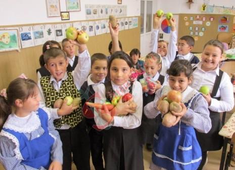 copii fructe scoli