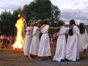 Noaptea Sanzienelor - dans in jurul focului