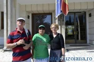 Mirela Popa si sotul ei, incadrand un voluntar ATR