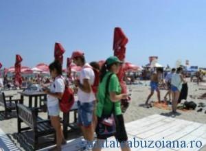 Ompartire de pliante pe plaja