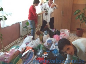 Copiii s-au bucurat de daruri, ca de Craciun
