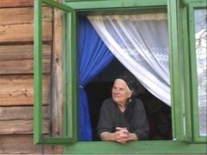 bunica la fereastra