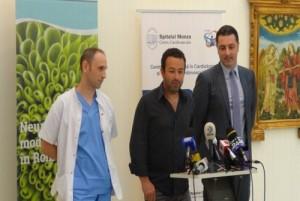 Neurochirurgii Mihai Craciun (staing) si Sergiu Stoica (centru), la finalul operatiei