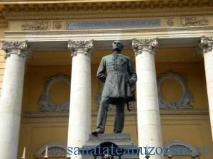 Statuia lui Carol Davila din fata UMF Bucuresti