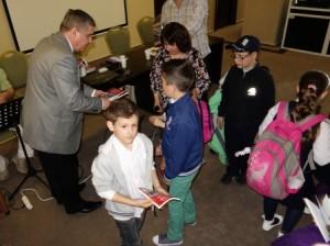 Copilasii, emotionati ca au primit cartea cu autograful chiar de la autor