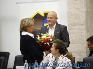 butonul rosu - Emanoil Neagu ofera flori